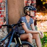 casco mtbe2 zwart titan grijs - mtb helm - mountain bike helm sfeerfoto
